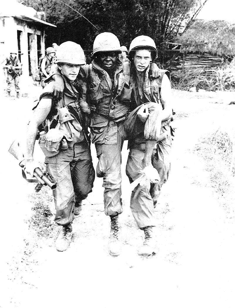 Un soldat américain blessé au Vietnam.