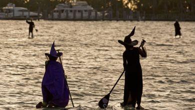 Photo of Dans les îles Keys, les sorcières célèbrent la pleine lune d'octobre en paddleboard !