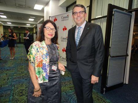 Michèle Vasilescu (agent immobilier) et Louis Rhéaume (président de Desjardins Bank) lors du gala des 10 ans de la Chambre de commerce Canada-Floride