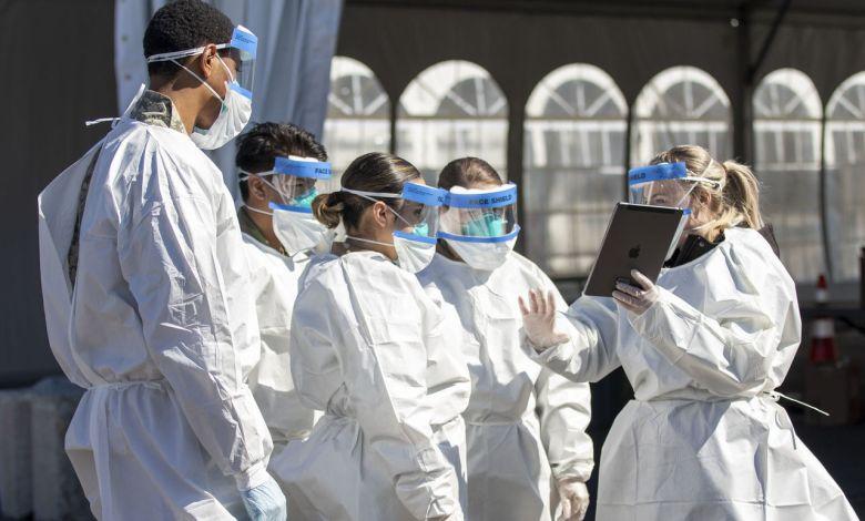 Une employée du Department of Health entraînant les soldats de la New York Army National Guard qui vont aider pour les tests de dépistages.