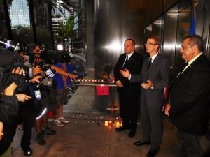 Le consul général de France Philippe Létrilliart, entouré des élus consulaires Xavier Capdevielle et Franck Brondrille. Manifestation devant le consulat de France à Miami en solidarité avec les victimes des attentats terroristes de Paris.