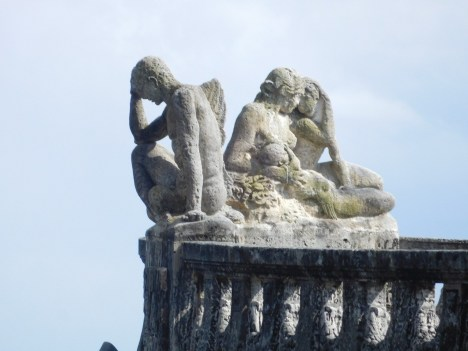 Statues sur la barge de pierre de la Villa Vizcaya, Miami - Floride