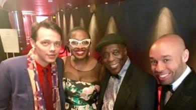 Cécile McLorin Salvant en compagnie du légendaire guitariste de blues Buddy Guy, durant la cérémonie des Grammy Awards 2016.