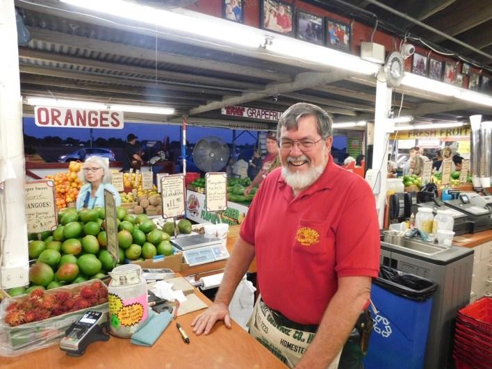 """Robert, le vendeur de fruits et légumes le plus célèbre de Floride, à son magasin """"Robert is Here"""" dans le Redland de Homestead (près de Miami en Floride)"""