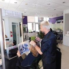 Sacha en action, coiffeur au French Hair Studio de Miami-Brickell.