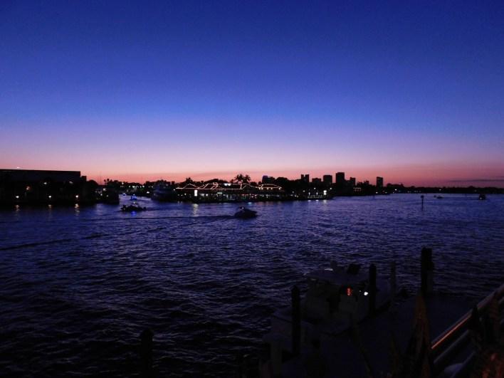 Coucher de soleil sur la rivière Intracoastal et la skyline de Fort Lauderdale en Floride