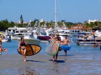 Fêtes ET sport sur la barre de sable de Peanut Island en Floride.