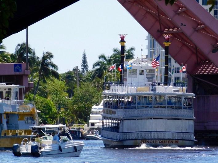 Le bateau Jungle Queen passant sous un pont du Riverwalk à Fort Lauderdale