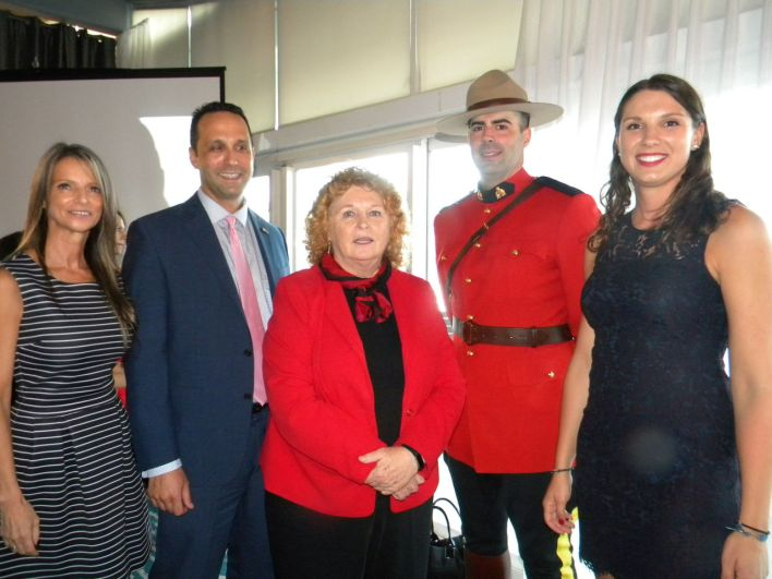 Durant la soirée du 27 juin : de gauche à droite, Isabelle Bujold (membre du conseil d'administration CCCF), Glenn Cooper (pdt Floride), Susan Harper (consule générale à Miami) Jade Vinet (directrice CCCF-Floride).