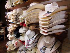 Sombreros de vaquero en la tienda Grifs western de Davie, Florida.