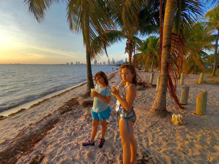 Coucher de Soleil à Hobie Island Beach Park, sur l'île de Virginia Key à Miami.