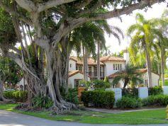 Rue de Coral Gables en face de la piscine vénitienne de Miami