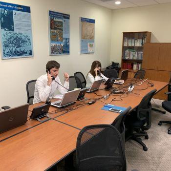 Des employés du Consulat de France répondant vendredi au téléphone à leurs compatriotes inquiets de l'Ouragan Dorian