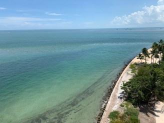 On distingue Stiltsville au marge depuis le phare du Cape Florida State Park, sur l'île de Key Biscayne (Miami en Floride)