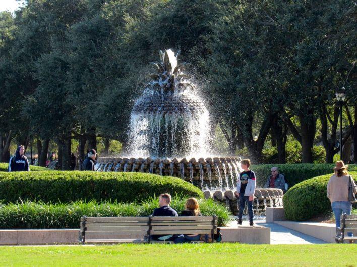 La fontaine ananas sur les quais de la ville