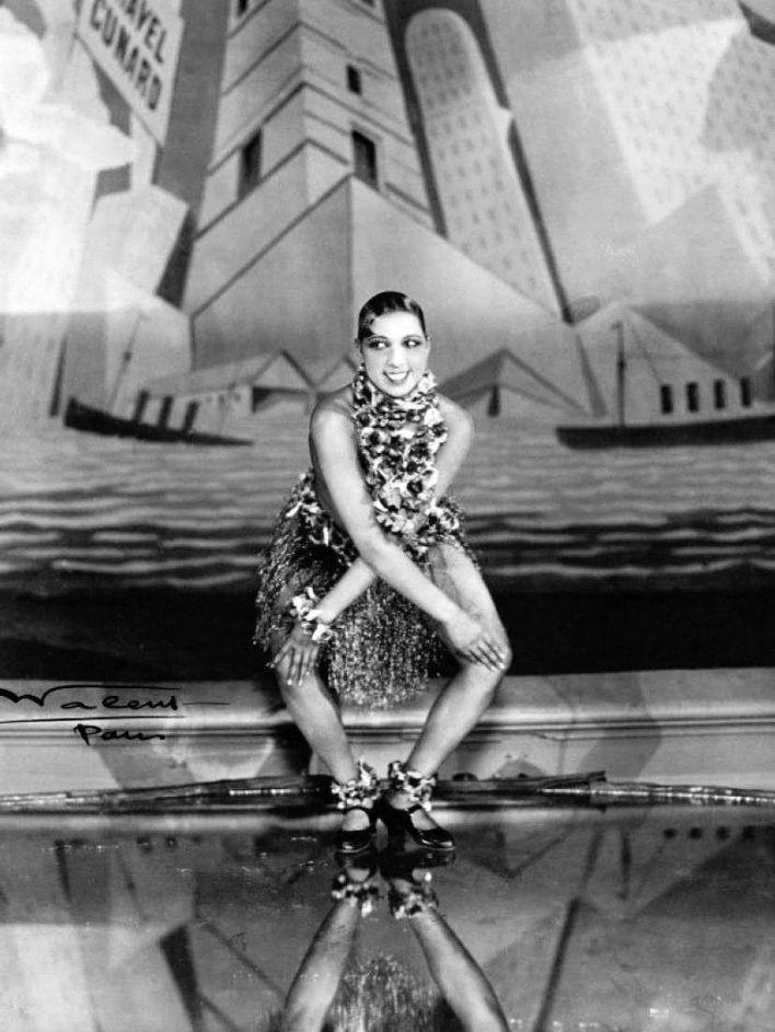 Joséphine Baker dansant le charleston aux Folies Bergères de Paris en 1926.