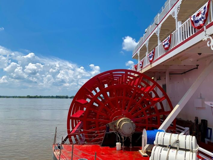 La route à aube de l'American Duchess sur le Mississippi et les quais de Memphis Tennessee.
