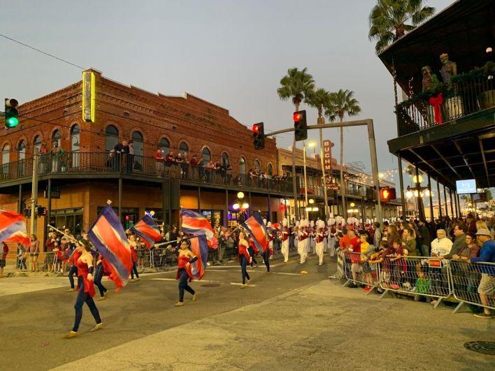 La parade du Outback Bowl dans le quartier d'Ybor City à Tampa le 31 décembre