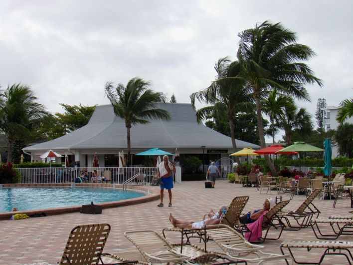 Piscine au Century Village de Deerfield Beach en Floride : une gated community 55+