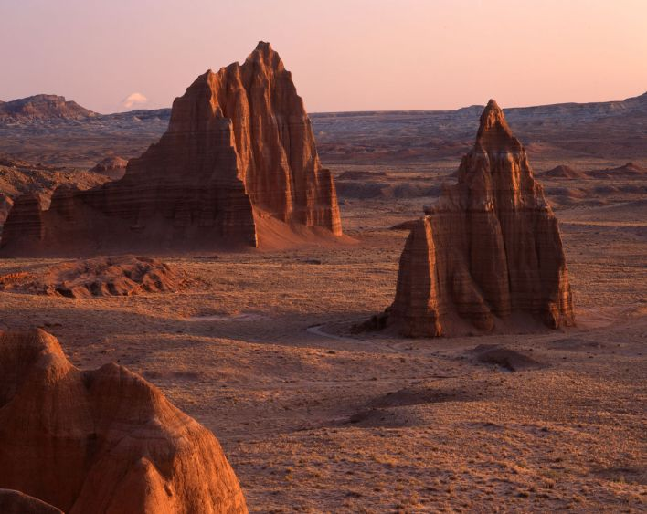Cathedral Valley (Canyonlands National Park) : lever du soleil sur les Temples of Sun and Moon
