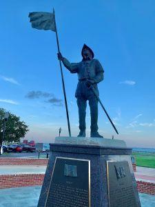 Coucher de soleil sur la statue du conquistador Tristan de Luna au bout de Palafox Street à Pensacola