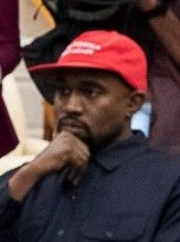 "Kanye West avec une casquette ""MAGA"" (Make America Great Again"")."