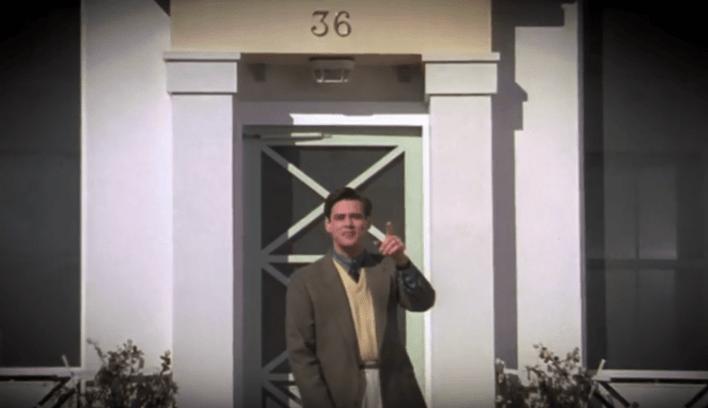 Truman sortant le matin de sa maison de Seaside.