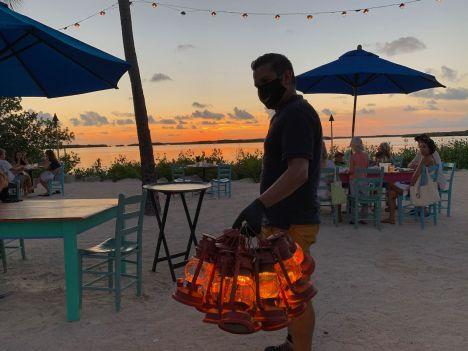 Le porteur de lanternes au Morada Bay Café