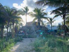 "Coucher de soleil su le tiki-bar ""Lucky Fish"" de la plage de Pompano Beach en Floride"