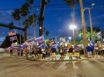 Partisans de Donald Trump dans les rues de Fort Lauderdale (Floride) ce 3 novembre à 18h.