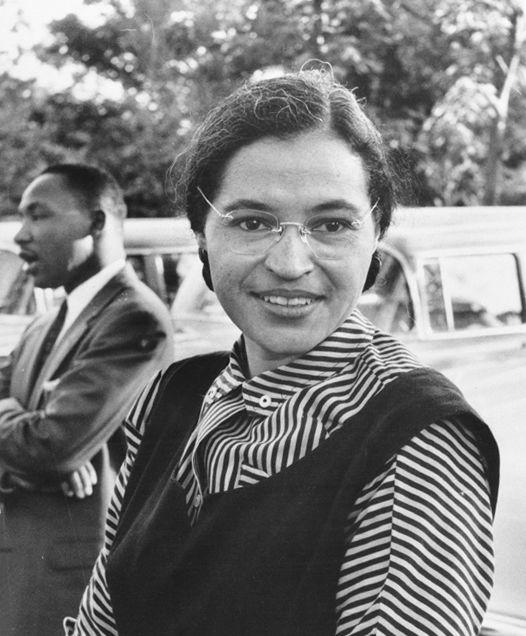 Rosa Parks en 1955 avec Martin Luther King en arrière-plan.
