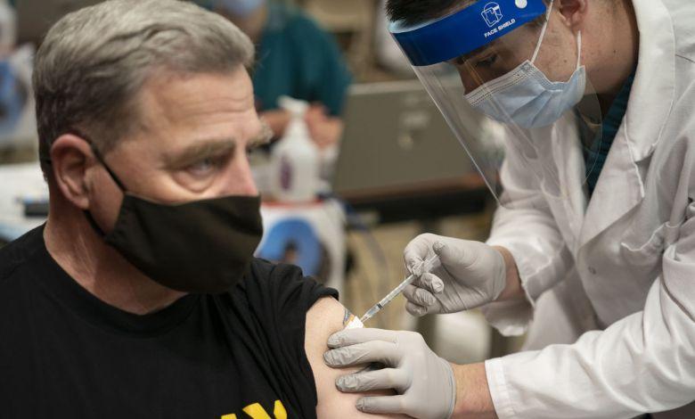 Vaccination du général Mark A. Milley, chef d'Etat-major des armées américaines au Military Medical Center, Bethesda, Md., Dec. 21, 2020.