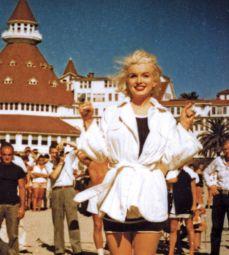 """Marylin Monroe devant le Coronado Hotel dans """"Some like it hot""""."""