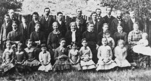 """Photo des """"Jeunes Icariens"""" dans l'école d'Icaria-Sperenza la colonie de Cloverdale, en Californie dans les années 1880."""