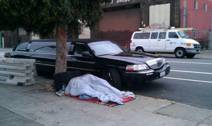 Un SDF dormant à côté d'une limousine à San Francisco : un contraste très américain