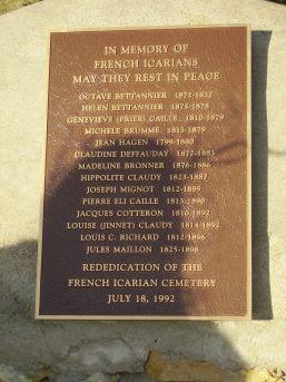 """Plaque posée en 1992 par l'Etat de l'Iowa au cimetière des """"Jeunes Icariens""""."""