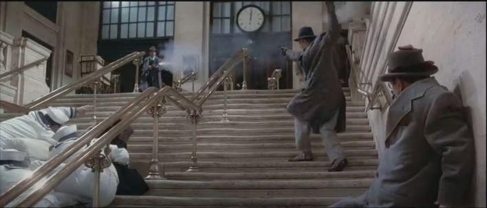 La scène de la fusillade dans les escaliers de marbre d'Union Station, avec Elliott Ness (Kevin Costner) dans le film Les Incorruptibles.