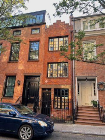 Cette maison extrêmement étroite est située au 75,5 Bedford Street (!!!).