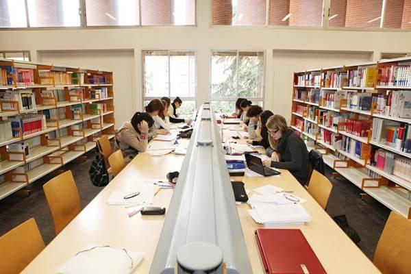 Une grande table de révision à la bibliothèque de l'arsenal