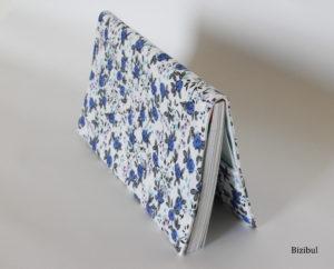 Le porte chéquier est un cours de couture débutant proposé par bizibul. Apprendre à coudre à la machine à coudre mais aussi apprendre à dessiner un patron de couture pour réaliser cet accessoire. Venez coudre à Nantes, Le Pellerin, Pornic et Chauvé (44).