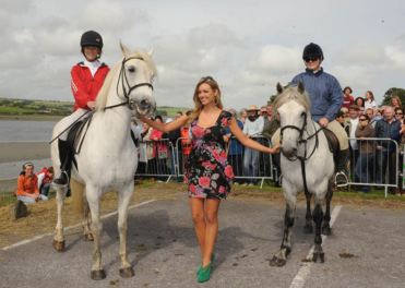 Former Miss World, Rosanna Davidson, at the Courtmacsherry Strand Races with local girls, Orla O'Regan and Siobhain Sexton. Photo: Martin Walsh.