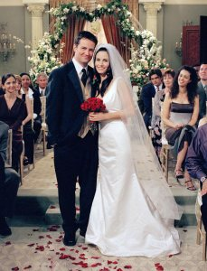 wedding-chandler-matthew-perry-monica-courteney-cox-2001-76746