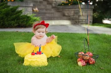 Evelyn is one - Regina Snow White Cake smash - Family photography