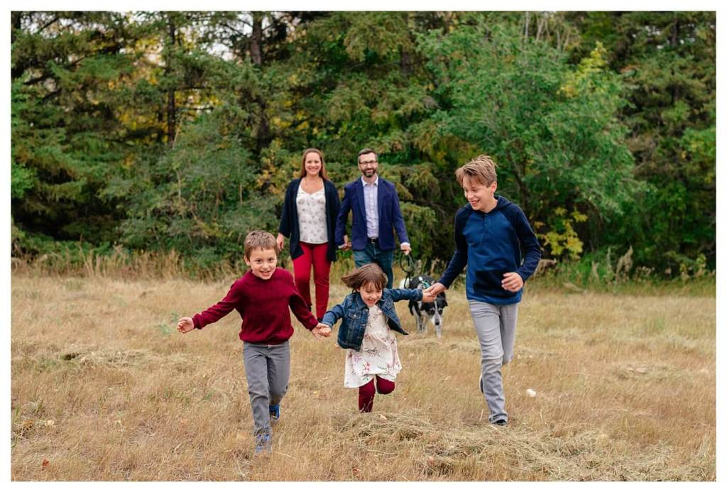 Schlamp Family 2020 - 006 - Regina Family Photographer - Kids running