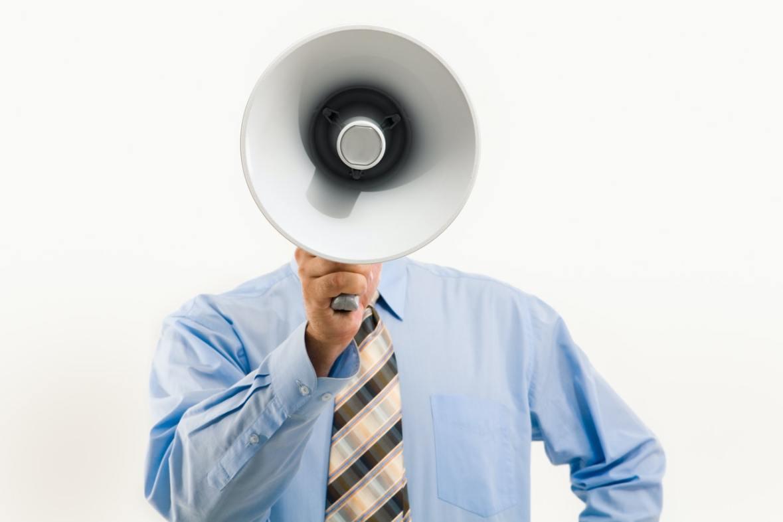 man som håller en megafon