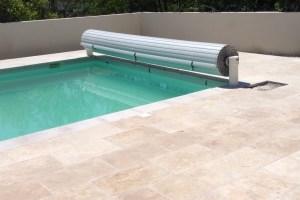 couverture-volet-de-piscine-alimentation-electrique-lames-grises
