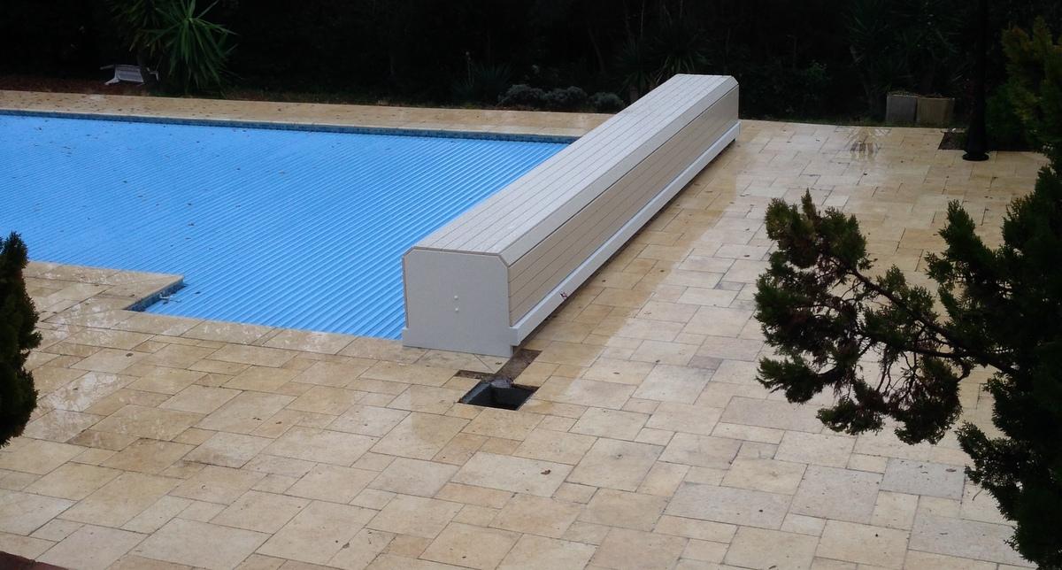 couverture-volet-piscine-modele-banc-pvc-sable-alimentation ...