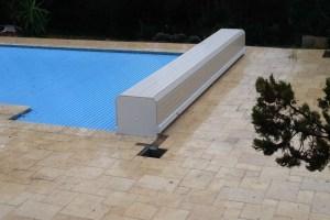 couvertures piscine automatiques -modele-banc-pvc-sable-alimentation-electrique-lames-coloris-bleues