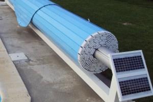 volet-couverture-hors-sol-avec-rail-au-sol-version-solaire-lames-bleues
