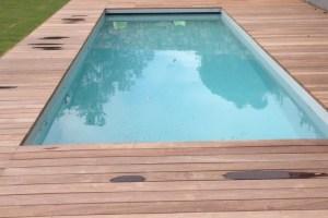 volet-de-piscine-immerge-lames-grises-moteur-dans-l-axe-caillebotis-bois